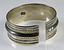 Bracelet ethnique en argent rigide ouvert. Probablement tunisien. P: 117,9