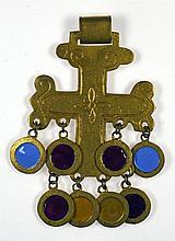 Pendentif figurant une croix byzantine en bronze doré rehaussé d'émail. Sig