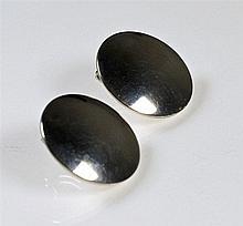 Clips d'oreille en argent 925 à décor de pastille. Designer HaH. P: 13,5 g.