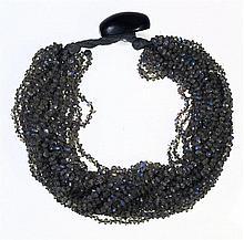 Collier ras de cou fait de nombreux rangs de perles de labradorite. Paris,