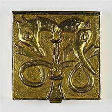 Poudrier en bronze doré figurant un oiseau et un cheval.