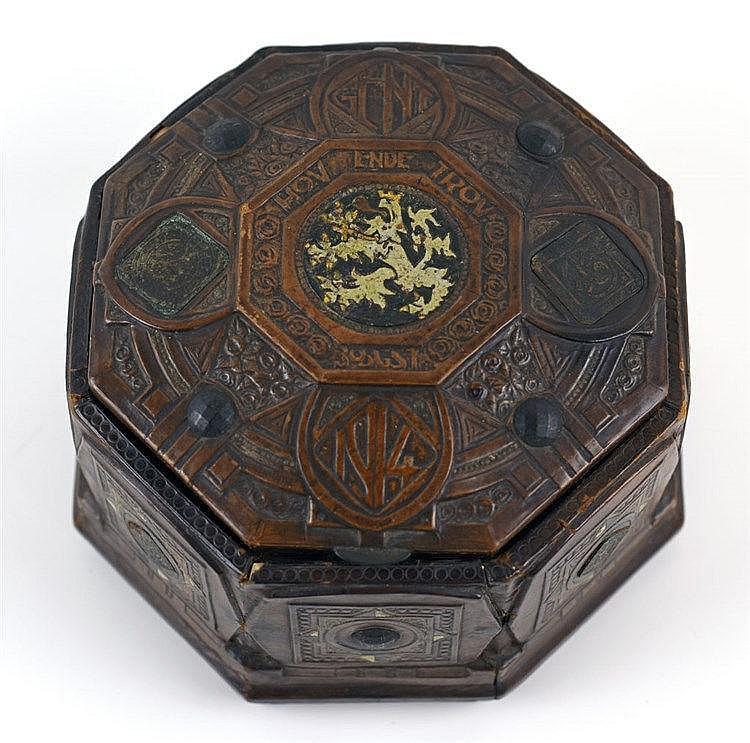 En cuir repoussé à décor polychrome de métal et monnaies de nécessité émise