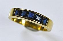 Bague anneau en or jaune 18 ct sertie de 5 saphirs calibrés (égrisures). Po