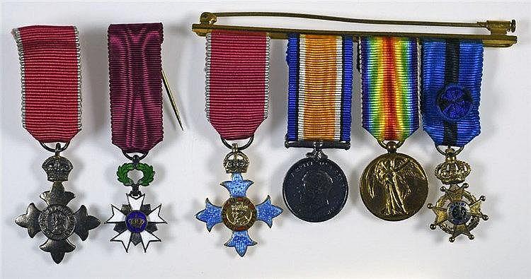 Groupe comprenant CBE (neck badge) dans son écrin d'origine et les miniatur