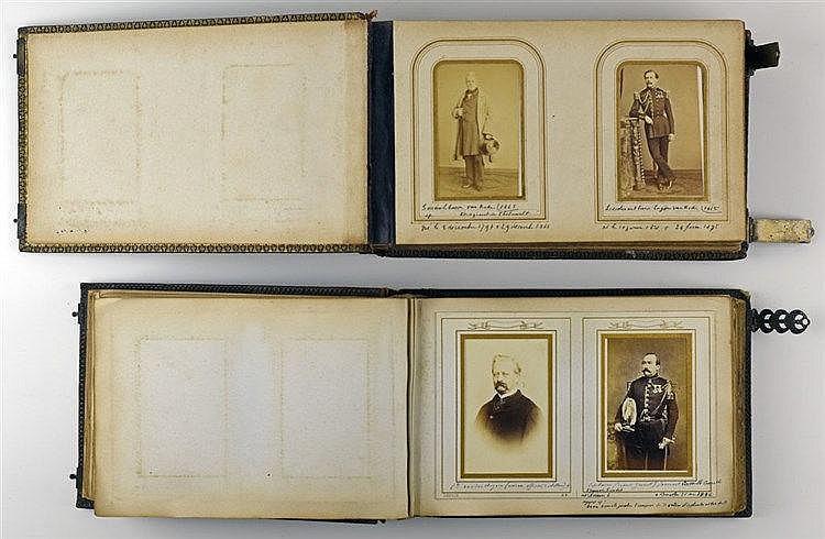 Paire d'albums de photographies principalement de militaires et de familles