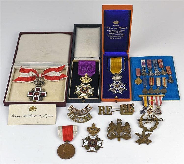 Deux groupes, comprenant Chevalier de l'ordre d'Orange-Nassau, Croix-Rouge