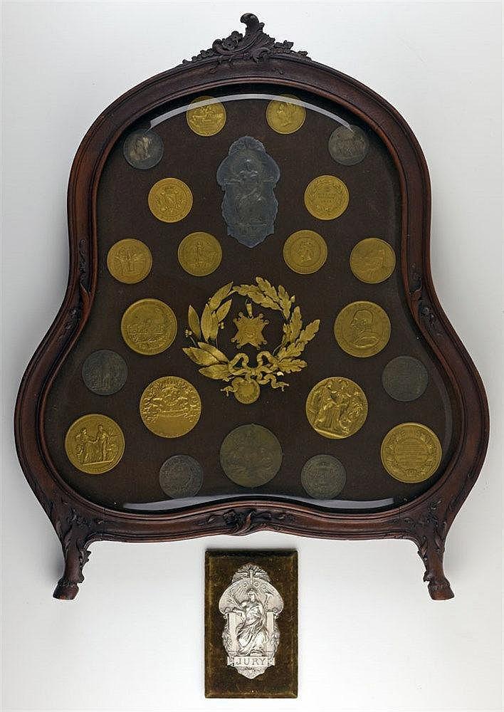 Cadre-vitrine de style Louis XV contenant 24 médailles d'exposition anglais