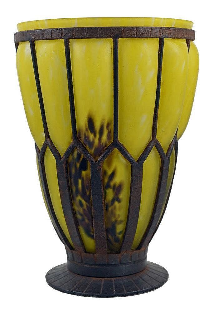 En verre coloré jaune et brun soufflé dans une structure en métal, Diam. 24