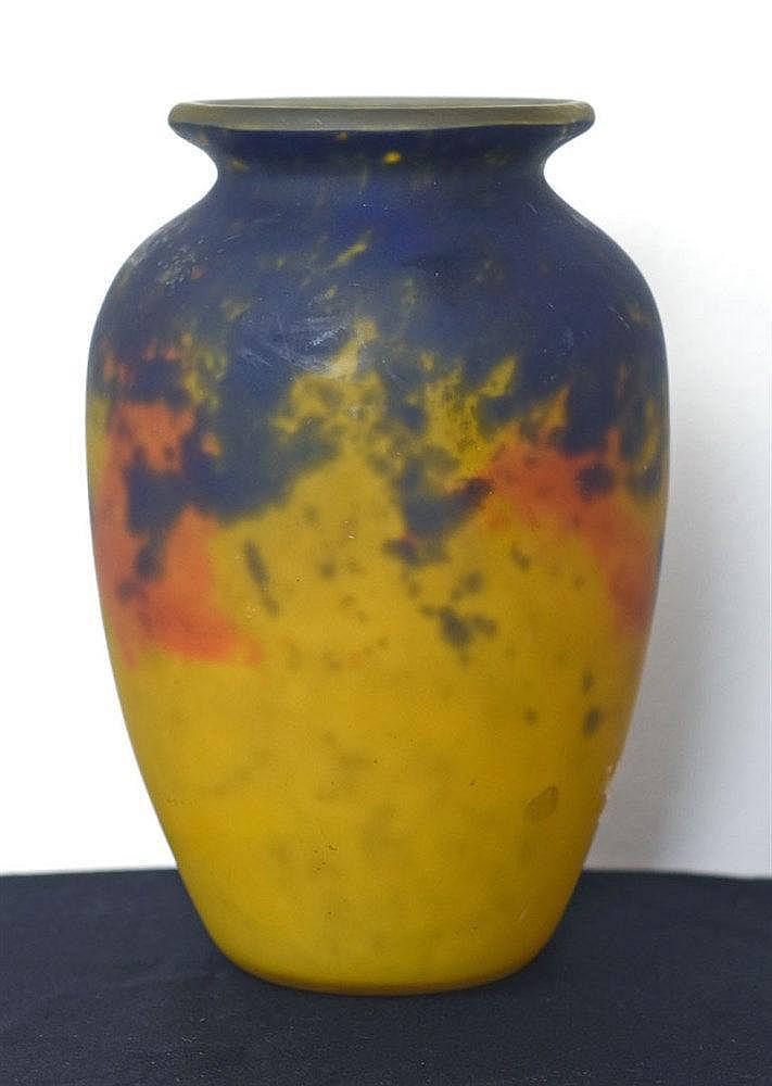Vase en verre coloré portant la signature 'Muller Frères Lunéville'. Diam.: