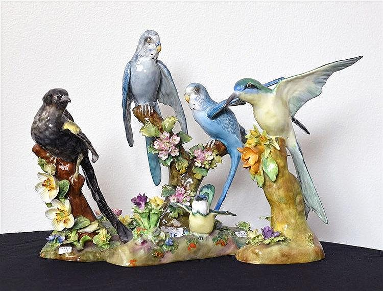 Ensemble de 4 figures d'oiseaux. Porcelaine de Staffordshire.