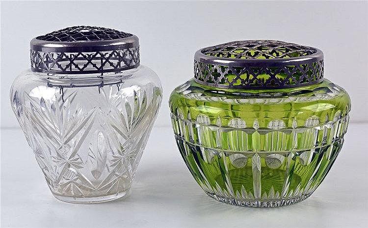 Deux vase en cristal taillé art déco avec pique-fleur en métal vase transpa
