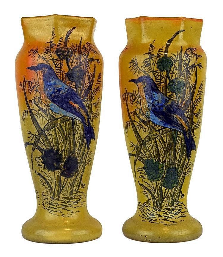Paire de vases balustre à col hexagonal à décor de martin-pêcheur peint à l