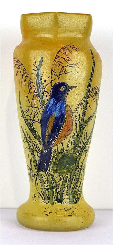 Vase balustre à col hexagonal à décor de martin-pêcheur peint à l'émail et