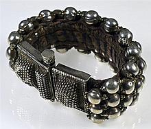 Bracelet indien fait de globules d' argent et de granulations cousues sur u