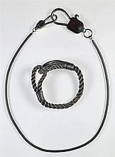 Ensemble collier et bracelet modèle mousqueton en argent. Le collier est or