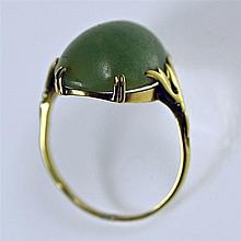 Bague en or jaune 14 ct sertie d'un cabochon de pierre verte. Travail proba