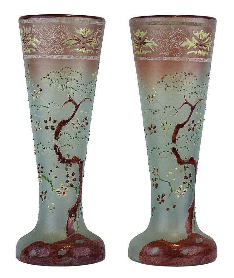 Paire de vases cornet sur piédouche à décor émaillé japonisant de bonsaï en