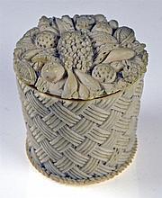 Petite boîte en ivoire ronde figurant un panier dont le couvercle est orné