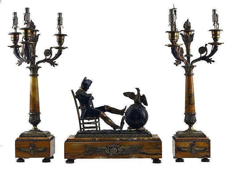Composée d'une pendule à l'effigie de Napoleon I et 2 lampes. Epoque Napolé