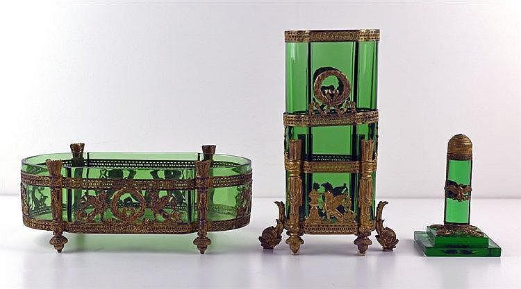 En bronze et cristal vert comprenant un vase, un presse-papier et une jardi