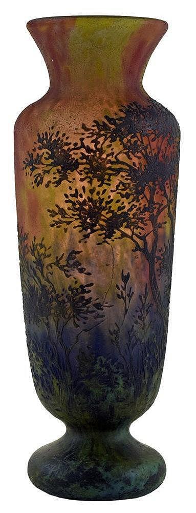 Vase balustre sur piédouche à col évasé au décor d'arbres en verre multicou