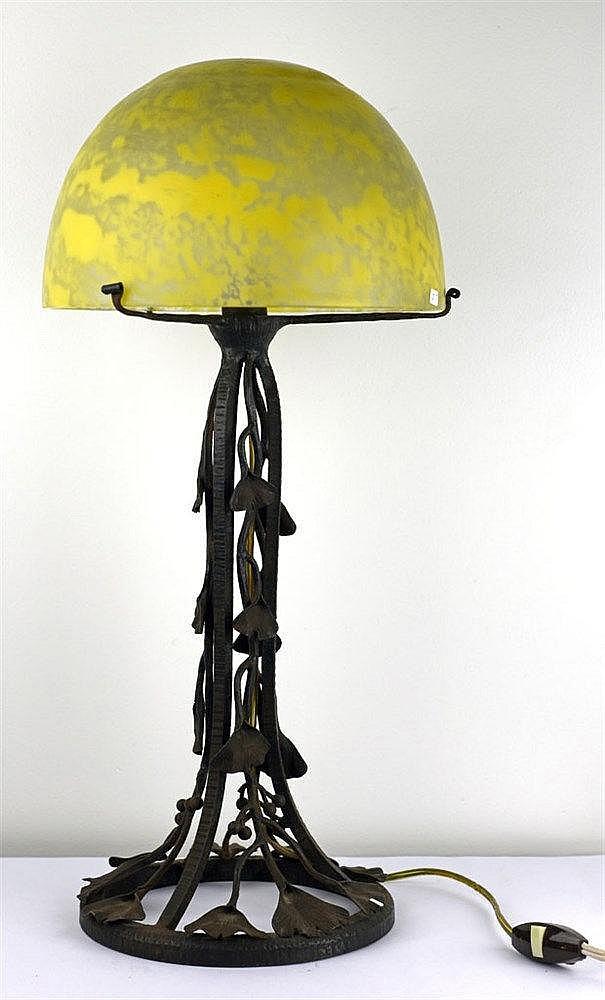 Abat-jour lobe en verre marmoréen jaune signé Daum [croix de Lorraine] Nanc