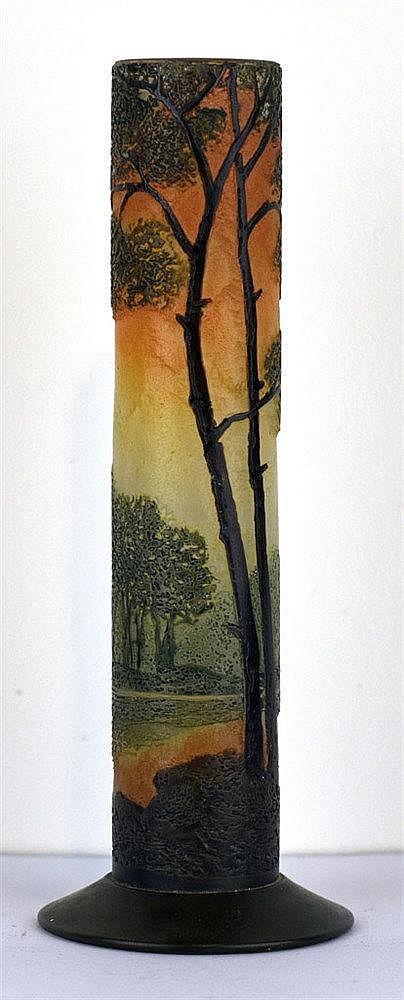 Vase tube soliflore au décor de feuillus et rive de lac vosgien dégagé à l'