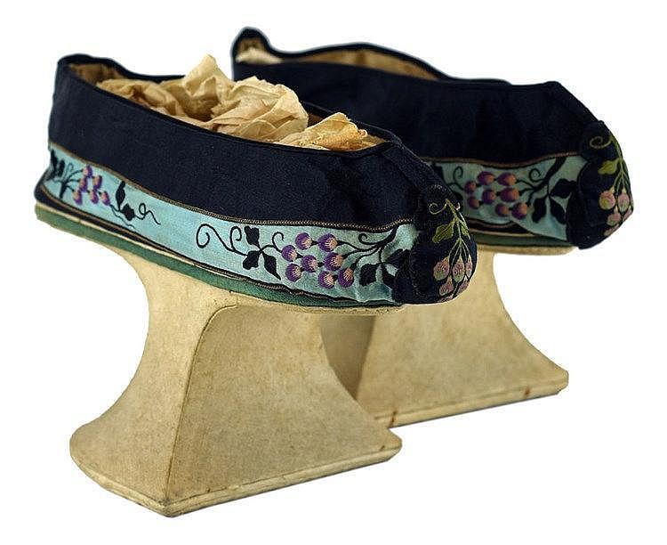 Ensemble de quatres paires de chaussures dont une paire pour pieds bandés p
