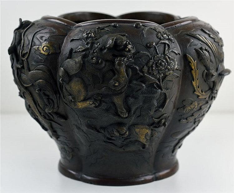 Au décor de dragons et phénix à patine brune. Marque d'atelier. Vers 1880 H