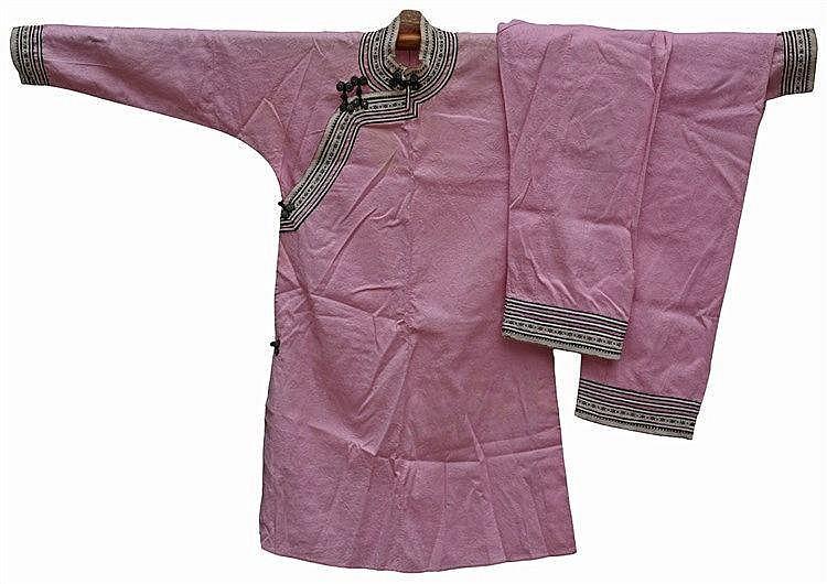 Un pantalon et un dessus en coton rose de jeune fille légèrement brodé. Déb