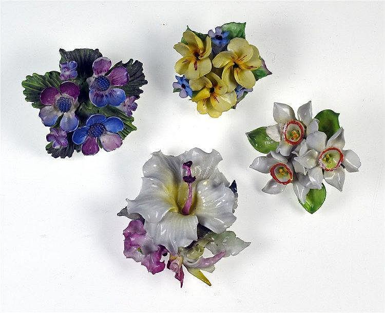 Lot de 4 broches en porcelaine figurant chacune des fleurs de différents ty