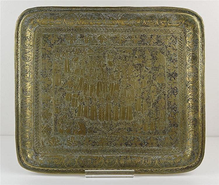 Petit plateau Qajar rectangulaire en laiton insculpé de scènes de cour 34 x