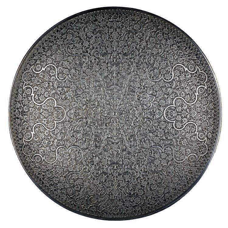 Lot composé d'un plat circulaire et d'un petit vase en argent ciselé de mot