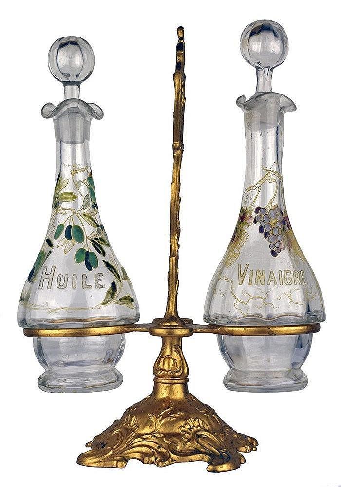 Huilier avec deux flacons ovoïdes à ressaut fond incolore et décor émaillé