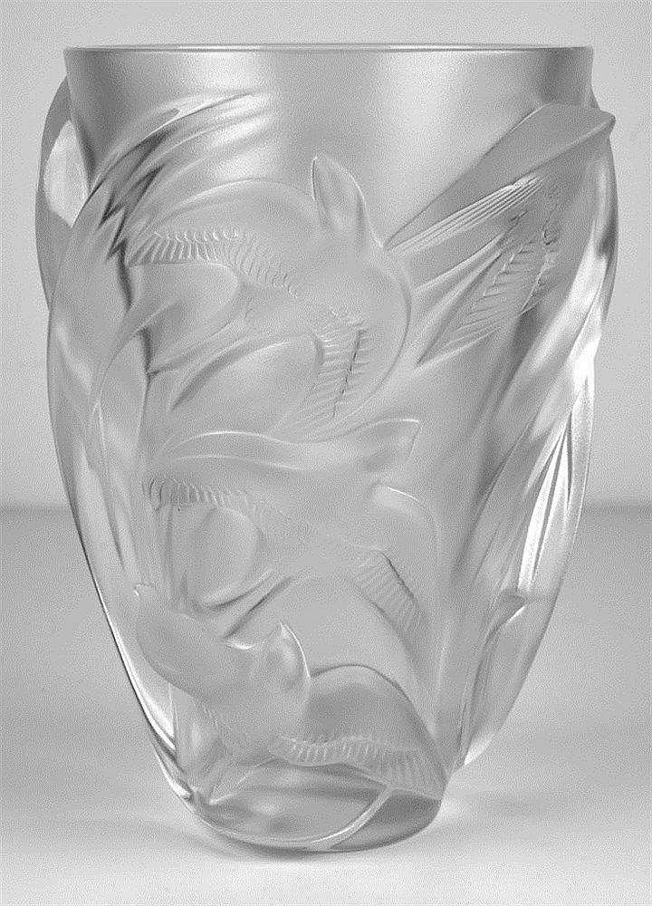 Vase aux hirondelles en verre pressé moulé dépoli signé Lalique France H: