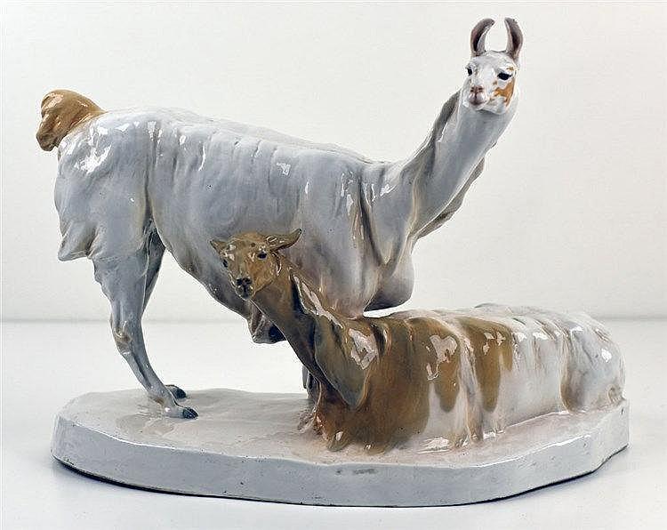 Couple de lamas sur socle en porcelaine à pâte dure polychrome. Modèle W 16