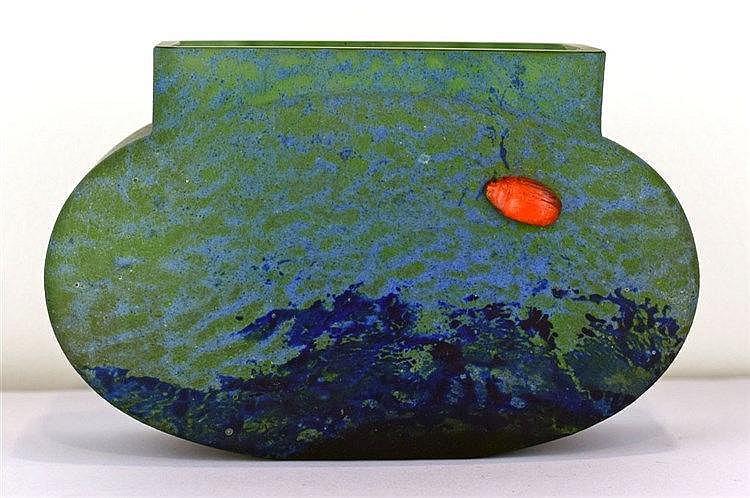 Vase Art Déco en verre coloré bleu et vert clair avec un scarabée rouge en
