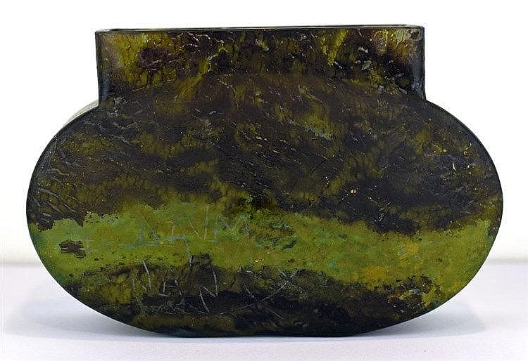 Vase Art Déco en verre coloré émeraude foncé et signé