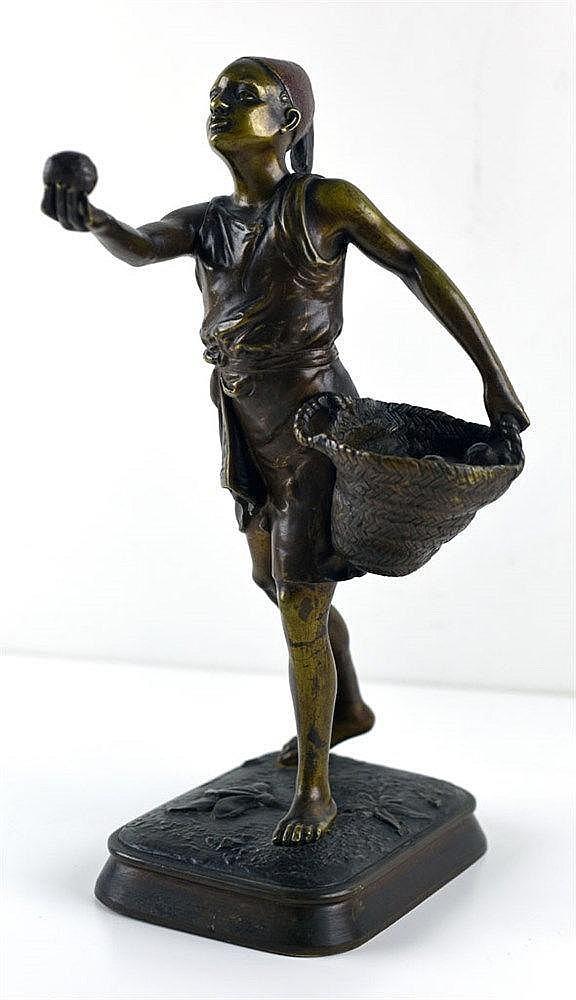 Le marchand d'oranges. Bronze patiné et traces de polychromie H:30,5cm
