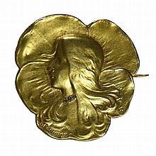 Broche Art Nouveau en or jaune 18 ct figurant une tête de femme dont le col