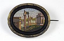 Broche ovale en micromosaïques représentant une ruine romaine montée sur mé