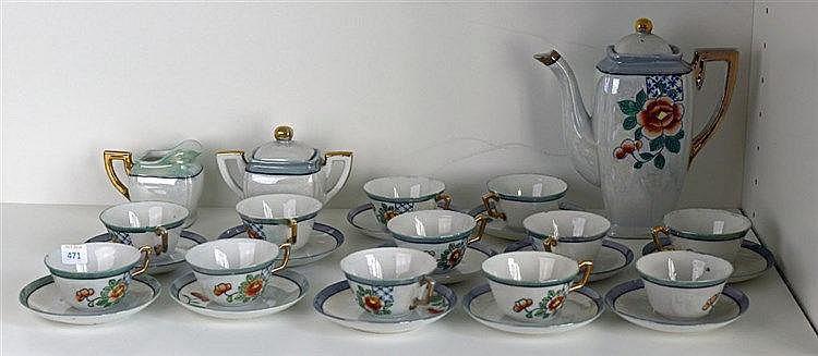 Comprenant 12 tasses et sous-tasses, une théière, un pot à lait et un pot à