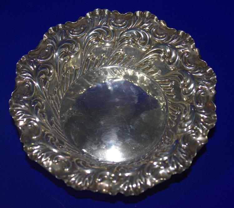 Silver embossed dish acanthus decoration london hallmark r for Acanthus decoration