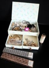 MIXED LOT TO INCLUDE LADY SCRIPTO BOXED PROPELLING PENCIL AND BALLPOINT PEN, A MOTHER OF PEARL SCENT BOTTLE AND A JEWELLERY BOX CONTAINING COSTUME JEWELLERY