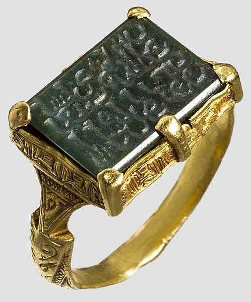 Islamischer Goldring mit geschnittener Nephritplatte, seldschukisch, 13./14. Jhdt.