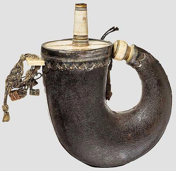 Silbermontiertes Pulverhorn, osmanisch um 1700