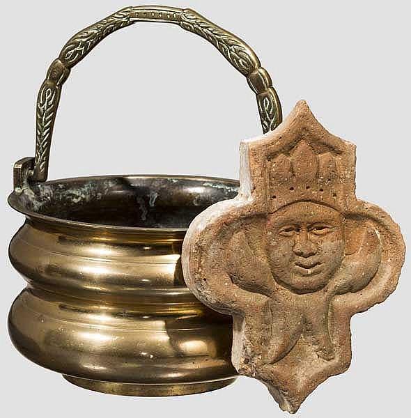 Bronzener Henkeltopf, Holland um 1600, dazu Bodenfliese um 1500