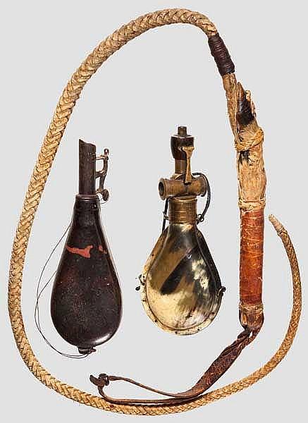 Jagdpeitsche und zwei Pulverflaschen