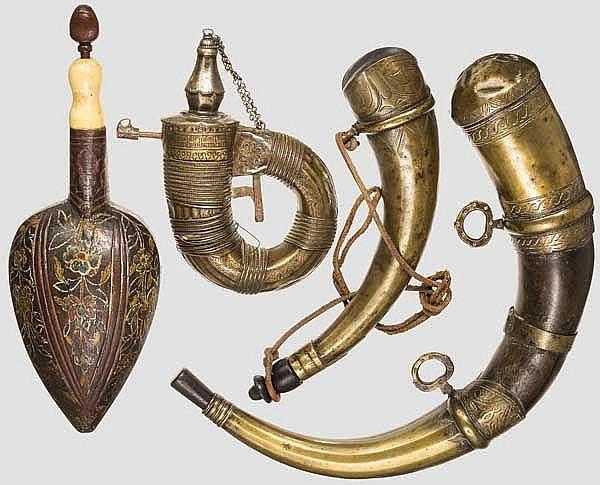 Vier Pulverflaschen, osmanisch, arabische Halbinsel und Marokko, 19. Jhdt.