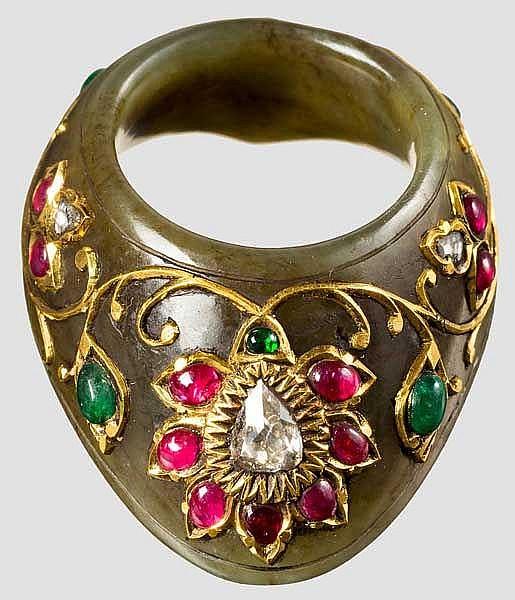 Juwelierter Bogenring aus Jade, Indien, 19./20. Jhdt